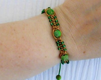 macrame bracelet green and ecru.