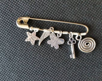 Pin with charms (assorted)