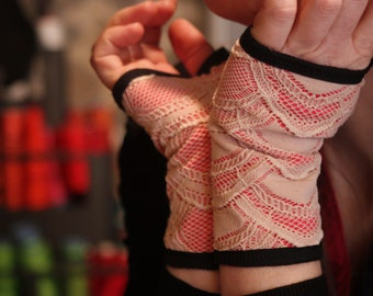 Glove/cuff lace of Calais Rose powder, pink coral. Woman's Lacy mitten