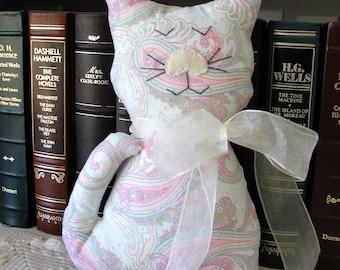 Poupée chat décoratif fait à la main chat peluche - Paisley Pastels tissu Kitty coussin - décor Shabby Chic campagnard - chat amoureux cadeau-