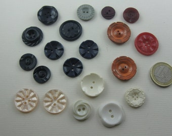 Vintage buttons convoluted. 20 old plastic buttons with decor. Approx. 0.9 to 2.3 cm in diameter. Hole buttons. VINTAGE