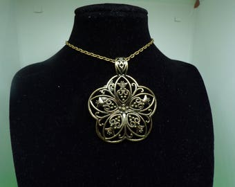 Bronze color and flower shape pendant necklace