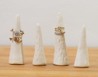 Handgefertigte weiße Keramik-Ring Zapfen ~ Ehering Halter Ring Baum Ring Display ~ weiß Keramik Ring Kegel Schmuck Display Schmuckaufbewahrung