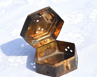 Hexagon Box en laiton. Boîte de cricket. Boîte de bijou en laiton. Vintage laiton mince petite boîte.