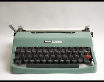 Typewriter vintage Olivetti lettera 32 typewriter, made in italy, typewriter with suitcase, qwerty keyboard, 60's