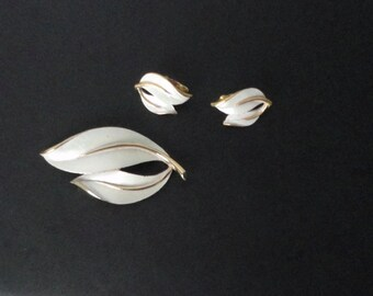 Vintage Sarah Coventry Gold tone, White Enameled Leaf Brooch and Earrings Set. Demi Parure Sarah Cov.