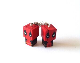"""Boucles d'oreilles figurines cubiques kawaï en bois """"Deadpool"""" - peintes à la main"""