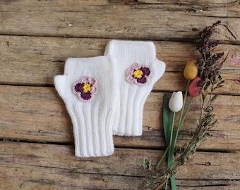 Autumn Gift Fingerless knit Gloves / Gift Guide. Violet Flower Special Desing. Size M. White. Shomrock / St Patricks Day // Gloveshop