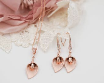 Rose gold Calla lily, necklace, rose gold or silver, Bride Pearl pendant, swarovski crystal, mother of bride, bridesmaid favour, Pearl drop,