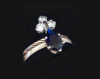 Bague ancienne duchesse saphir, diamants et or gris 18k. Tiara antique ring (duchess), pear cut sapphire  and diamonds. White gold 18k