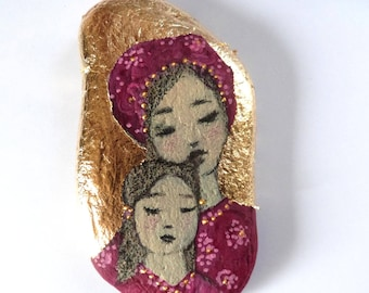 Painted pebble, mum and daughter in pink and gold leaf.