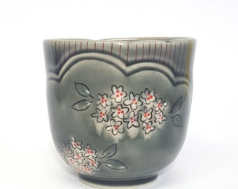 Yunomi (tea cup): White Flowers with Gray Glaze