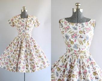 Jahrgang 1950 Kleid / 50er Jahre Baumwolle Kleid / Sambo Mode Blumen und Obst Neuheit Print Kleid mit passendem Gürtel und Bolero M