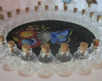 Bitty 100 ml 4 botellas con corchos y aberturas estrechas. Viales de pequeñas embarcaciones. Collar de la botella del mensaje. Tarro de cristal de botella. Collar del colgante del vidrio.