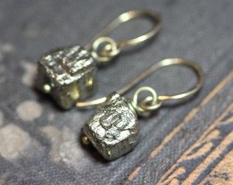 Boucles d'oreilles pyrite Cube antique bijoux rustique en laiton brut pépite