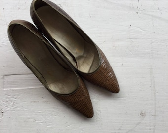 Olive 60s pumps | Vintage brown snake skin pumps  | 1960s pointy tow high heel shoes