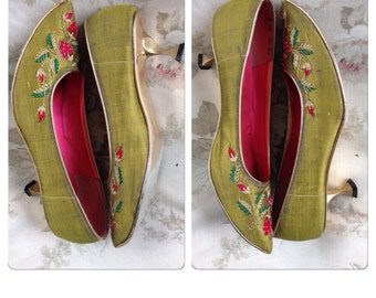 60's Taj of India green silk Strawberry embroidered pointed toe pumps 8M