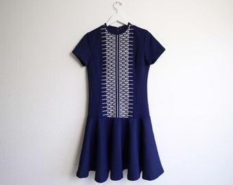 VINTAGE Kleid der 1960er Jahre Gestickte Tropfen Taille kurze kleine