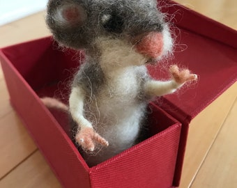 Needle-felted mouse in box, OOAK, handmade by artist
