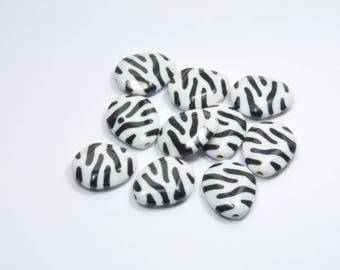 PE360 - Set of 10 black and white asymmetrical flat beads