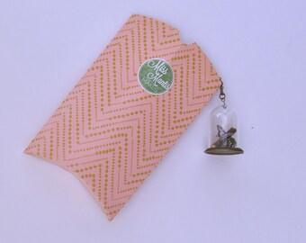Koninginnenpage | Glazen stolp ketting, met een handegmaakte vlinder, mos en een takje. Koninginnenpage vlinder van textiel tot sieraad