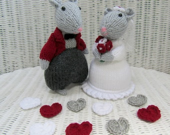 Hand knitted bride and groom mice.  Bridal mice. Wedding mice. Cake topper.  Wedding decoration. Wedding gift.