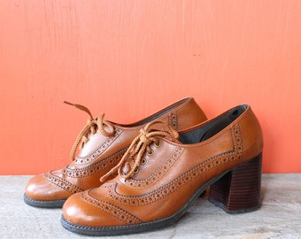 womens vintage brogues . vinyl 60s 1970s platform shoes, burnt orange or cinnamon shoes with stacked heels, womens size APPROX 8 8.5 9