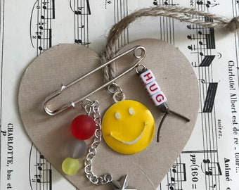 BROOCH YELLOW SMILEY 2