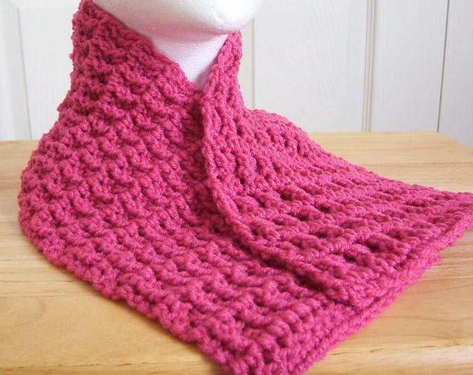 Scarf - Chunky Scarflette in Dark Pink - if you don't like long scarfes, this one is for you!