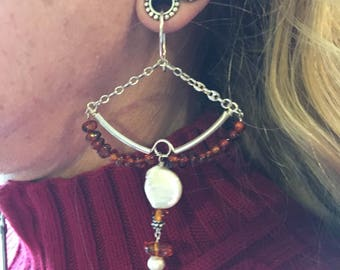 Tunnel earrings in amber and pearl