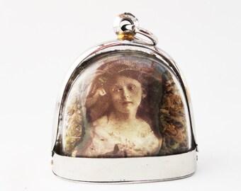 Geheimnisvolle viktorianische Mädchen, Terrarium Medaillon Halskette, Mini Curio Display mit Vintage-Fotografien LK20