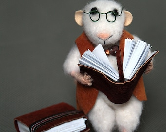 mouse with book, reader, needlr felt mouse, Waldorf animal, felted toy, felt animal, mouse reader, eco-friendly, collectable miniatur