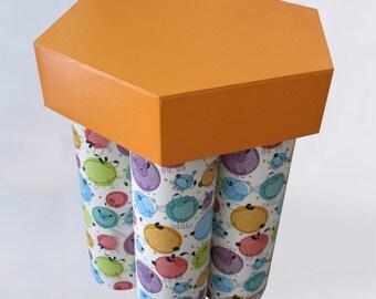 Tabouret en carton pour enfant recouvert de papier création avec moutons stylisés - Modèle unique