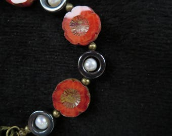 This bracelet with flower beads and freshwater pearls