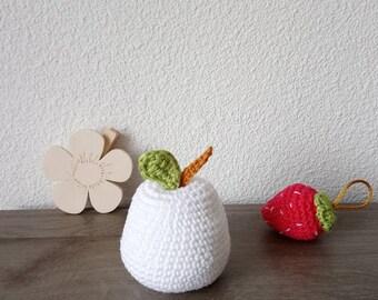 Pomme au crochet amigurumi à offrir comme cadeau de naissance ou déco chambre bébé, décoration nursery douce en coton