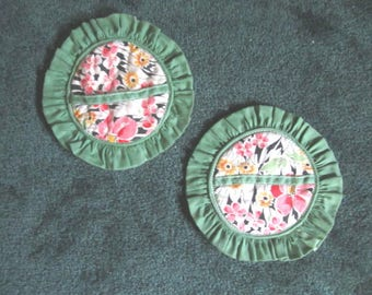 Vintage 1940s Pair of Cotton Green and Pink Floral Round Pot Holder Pads