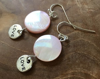 """LOVE: earrings with soft pink mother of pearl and a round, silvertone metalen charm with """"LOVE"""""""