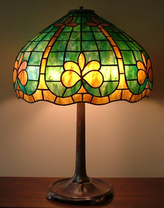 Geometric Glass Lamp // Fleur De Lis Shade // Green Table