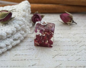Real flower necklace pendant Botanical jewelry Resin necklace Nature jewelry Red terrarium necklace Everyday necklace Red rose necklace