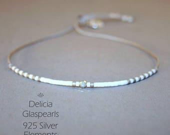 Filigranes Armband in Grau - Silber - Weiss - größenverstellbar - dünnes Armband mit feinen Delicia-Perlen - Freundschaftsarmband, Armbänder