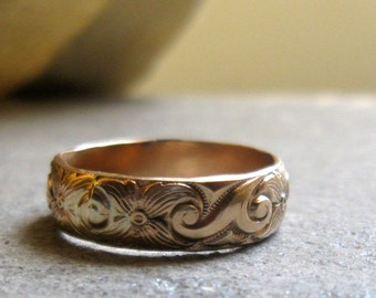 Gold floral pattern ring