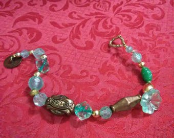 Vintage. Turquoise and gold beaded bracelet.