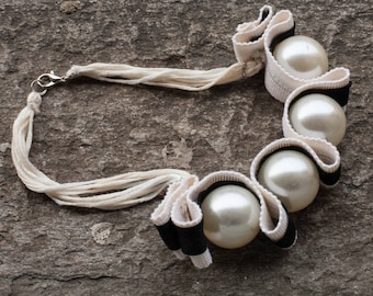 Necklace in fabric and pearls