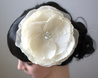 Ivory wedding fascinator for bride | Ivory bridal fascinator | Ivory flower head piece | Ivory silk flower hair piece | Wedding headpiece