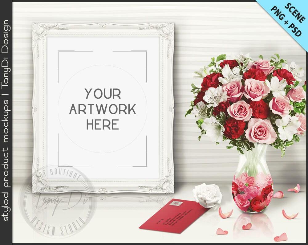 Marco de mesa blanca con rosas pétalos de envolvente estilo
