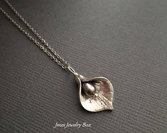 Silver calla lily necklace with grey freshwater pearl, Silver flower necklace, Silver lily necklace, Little lily necklace