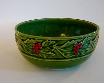 Bordallo Pinherio Majolica Holiday Bowl Green with Red Holly Berries 8 Inch