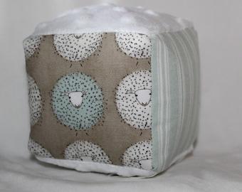 Petit mouton beige et toile à matelas rayé tissu bloc hochet