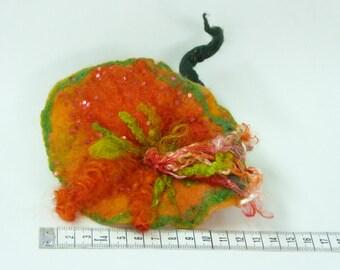 Hangevilt bloem broche, oranje, groen met glitters , haarklip bloem, cadeau voor dames, uniek sieraad, viltbloem, merinoswol broche