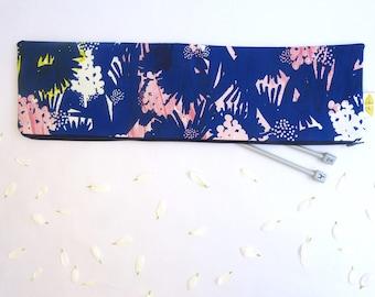 Trousse pour ranger les aiguilles à tricoter, motif floral bleu nuit, rose et vert/jaune imprimé à la main